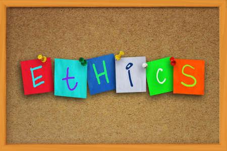 valores morales: La palabra ética escritas en papel de color pegajoso sobre tablero de corcho Foto de archivo