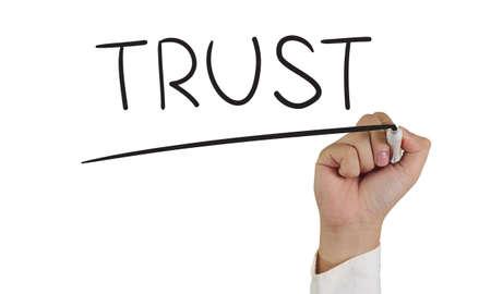 valores morales: Imagen del concepto de motivación de un marcador de explotación de la mano y escribir confianza aislados en blanco