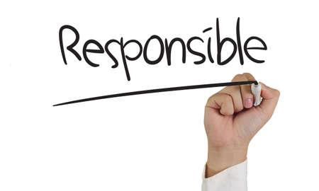 responsabilidad: Empresas concepto de imagen de un marcador de explotación de la mano y escribir Responsable aislado en blanco