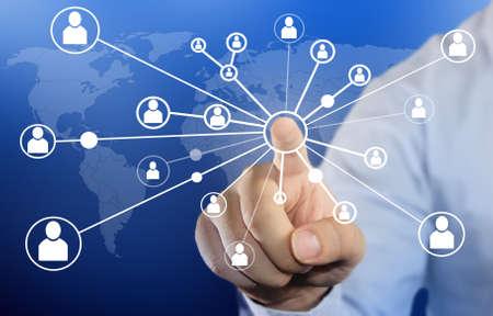 mapas conceptuales: Empresas concepto de imagen moderna de un hombre de negocios haciendo clic personas icono de conexión en el fondo azul Foto de archivo