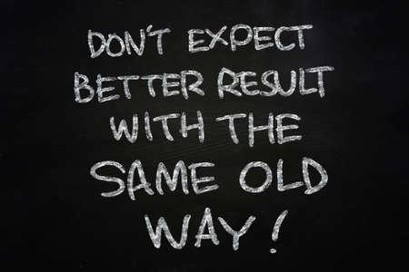 動機づけ概念言葉は、黒板にチョークで書かれた同じ古い方法とより良い結果を期待しないでください。 写真素材