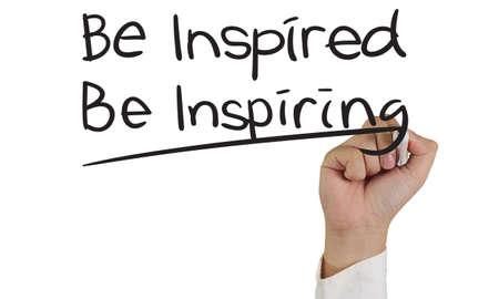 Begrip afbeelding van een hand houden marker en motiverende schrijven Be Inspired inspirerend geïsoleerd op wit Stockfoto