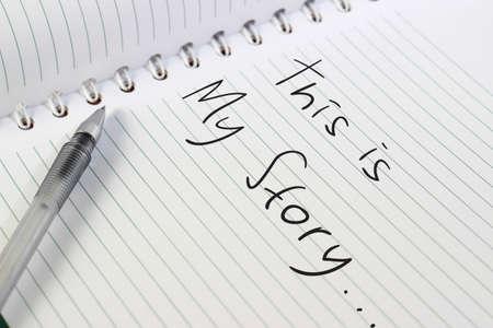 펜으로 열린 된 흰색 참고도 서의 이미지입니다. 그리고 이것은 내 이야기입니다. 그것에 쓰여진 단어입니다. 스톡 콘텐츠