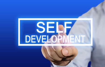 파란색 배경 위에 가상 화면에서 자기 개발 버튼을 클릭하는 사업가의 비즈니스 컨셉 이미지