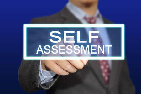 Business-Konzept Bild eines Geschäftsmannes Klicken Self Assessment-Taste auf virtuellen Bildschirm auf blauem Hintergrund Standard-Bild - 38856155