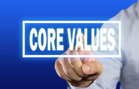valores morales: Imagen Concepto de negocio de un empresario clic Core Values ??botón en la pantalla virtual sobre fondo azul