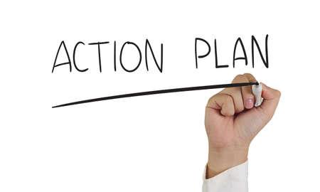 plan de accion: Imagen Concepto de negocio de un marcador de explotación de la mano y escribir plan de acción aislada en blanco