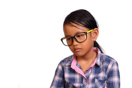 black girl: Kleines M�dchen mit Brille mit leeren auf wei�em Aussehen isoliert