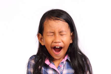 schwarz: Kleines Mädchen müde und Gähnen isoliert auf weiß