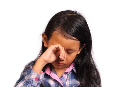 petite fille triste: Triste et pleurer petite fille regardant vers le bas isol� sur blanc