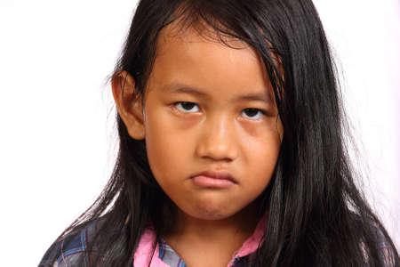 少女が白で隔離に怒って見ています。