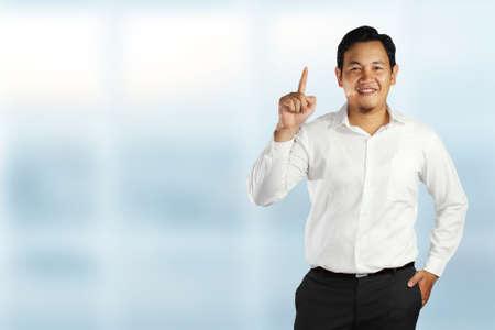 numero uno: Joven, asiático, macho, posición, sonriente, actuación, número, uno, gesto, señalar, dedo ...