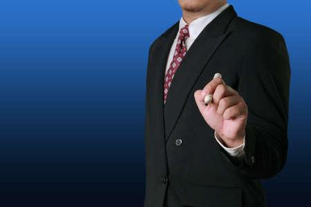 escribiendo: concepto de negocio imagen editable de un hombre de negocios la celebración de marcador en posición de escritura en pantalla vacía frente a él