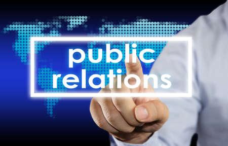 relaciones publicas: El hombre de negocios haciendo clic en la palabra de Relaciones Públicas en la pantalla virtual Foto de archivo