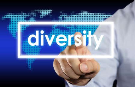 identidad cultural: El hombre de negocios haciendo clic en la palabra Diversidad en la pantalla virtual