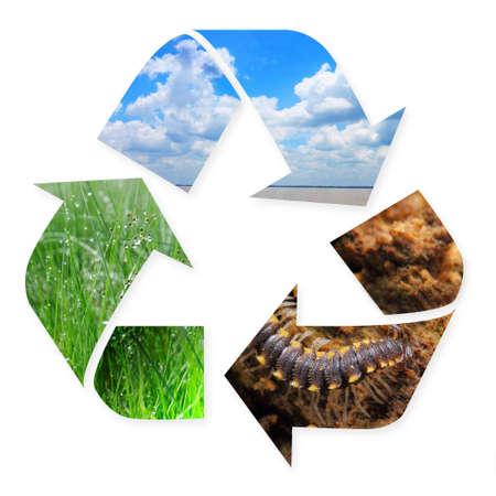 reciclar: símbolo de reciclaje con imágenes de la naturaleza de la hierba, el aire y el suelo en el mismo aislado en blanco