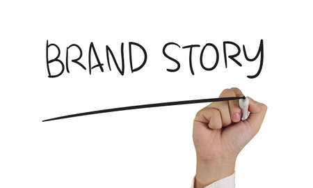Business-Konzept, Bild einer Hand halten Marker und schreiben Geschichte der Marke, isoliert auf weiß