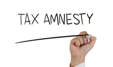 impuestos: empresas concepto de imagen de un marcador de explotación de la mano y escribir palabras de Amnistía de Impuestos aislados en blanco