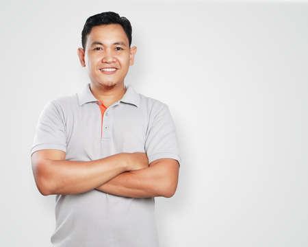retrato de la imagen de la foto de un hombre joven y guapo asiática linda que sonríe con confianza con los brazos cruzados delante de su pecho