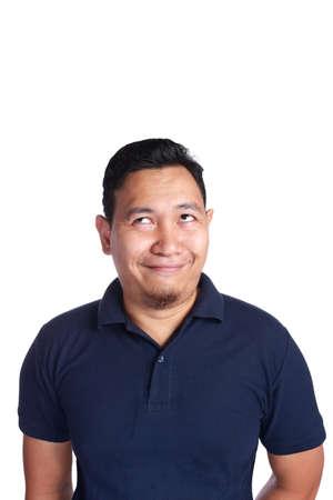 Image photo d'un homme asiatique drôle pensant et levant, isolé sur blanc Banque d'images