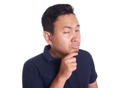 Image photo de l'homme asiatique drôle montrant l'expression du visage en colère malheureux synical, isolé sur blanc