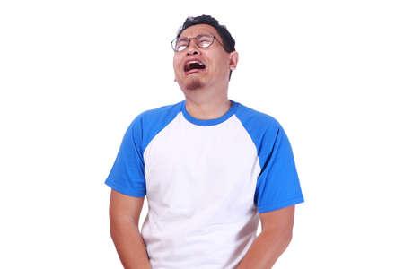 Fotobeeld van de grappige Aziatische mens die dicht zijn ogen, de hopeloze uitdrukking van de droevige depressiefrustratie huilen die op wit wordt geïsoleerd