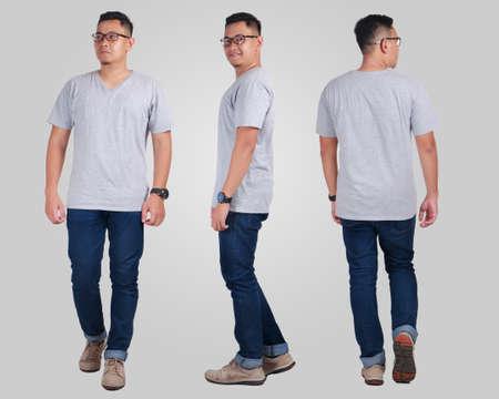 Attraktiver junger asiatischer Mann, der das Tragen des einfachen grauen Hemdes, leerer T-Shirt Spott oben für den Druck, vordere Rückseiteansicht aufwirft