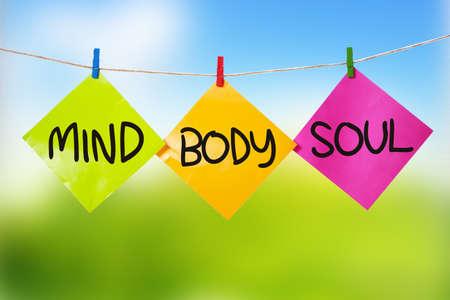 Umysł Ciało Dusza. Motywacyjne inspirujące cytaty słowa. Kolorowy papier z niewyraźne tło Zdjęcie Seryjne