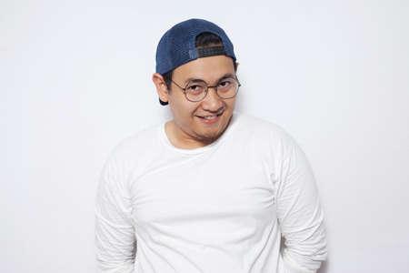 Portrait d'image photo de drôle jeune homme asiatique mignon et attrayant souriant joyeusement Banque d'images