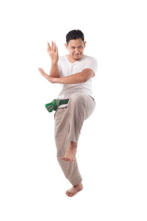 Pencak Silat, arte marcial tradicional asiático de Malasia de Indonesia, guerrero masculino o ksatria pendekar realizando jurus pencak silat aislado en blanco, retrato de cuerpo entero Foto de archivo