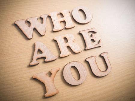 Wer bist du in Holzwortbuchstaben, motivierende Selbstentwicklungs-Business-Typografie-Zitate-Konzept