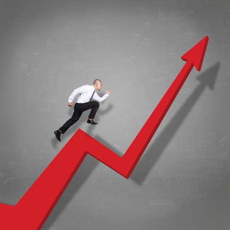 Pportrait d'un homme d'affaires asiatique qui court à travers la flèche de croissance de l'entreprise, concept de réussite du profit financier