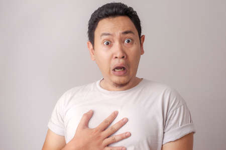 Portret van een jonge, grappige Aziatische man, geschokt of verrast met een open mond, bezorgd om iets ergs te zien gebeuren Stockfoto