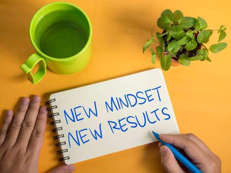 Nuova mentalità nuovi risultati parole lettera, concetto motivazionale di citazioni di tipografia aziendale per lo sviluppo di sé