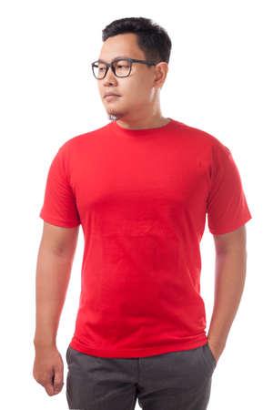 Maqueta de camiseta roja, vista frontal, aislado. Modelo masculino usa maqueta de camisa roja lisa. Plantilla de diseño de camiseta. Camiseta en blanco para imprimir