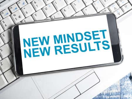 Nueva mentalidad, nuevos resultados, palabras, concepto de cotizaciones de tipografía empresarial de autodesarrollo motivacional