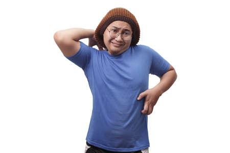 Il ritratto di un giovane asiatico sente prurito, si gratta il corpo per il dolore