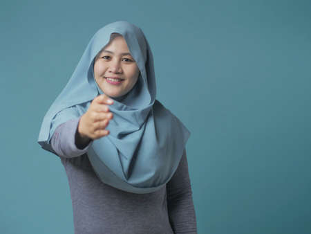 Portrait of muslim businesswoman offers hand shake, deal partnership agreeement concept, selective focus image Banque d'images