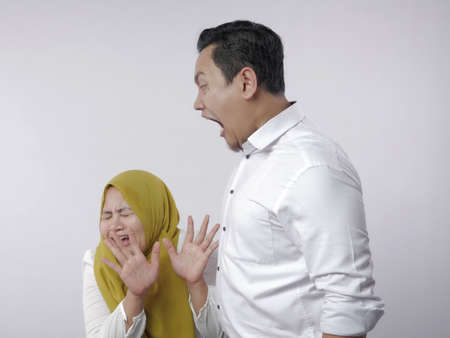 Ritratto di coppia musulmana asiatica marito e moglie che litigano, moglie ha paura di suo marito, marito che urla, cattiva relazione nel concetto di matrimonio