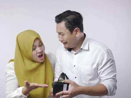 Porträt einer muslimischen Frau bittet ihren Mann um Geld, materialistisches Frauenkonzept