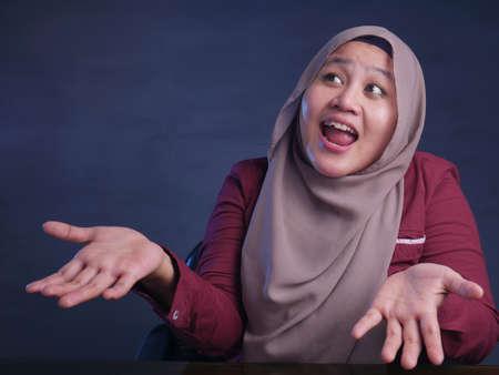 Portrait de femme musulmane asiatique haussant l'épaule, déni ou je ne sais pas le geste
