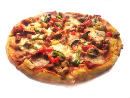 Immagine ravvicinata della pizza italiana di forma rotonda, condita con carne, prosciutto, funghi, verdure e formaggio, isolato su bianco Archivio Fotografico