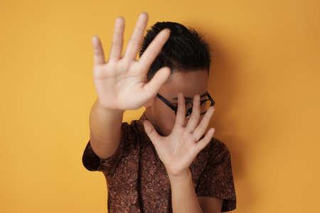 Kleiner Studentenjunge weint stark, wird in der Schule gemobbt und bittet darum, die Geste zu stoppen
