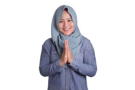 Portrait of beautiful Asian muslim woman wearing blue hijab smiling at camera 免版税图像 - 140217983