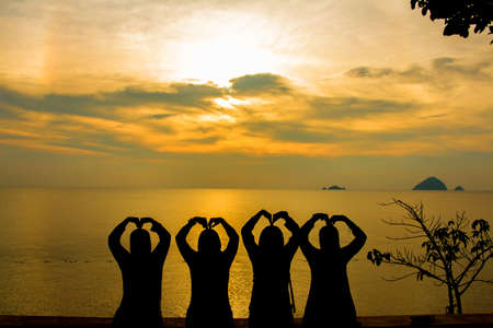 Silueta de amigos viendo la puesta del sol foco suave debido al ruido silhoutte.visible debido a la alta iso Foto de archivo