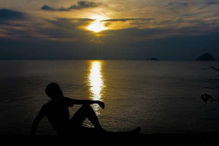 Silueta de la gente que mira puesta del sol foco suave debido al ruido del silhoutte.visible debido a la alta ISO Foto de archivo