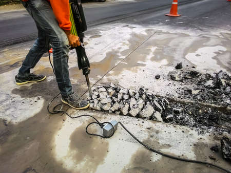 jack tar: Man drilling road