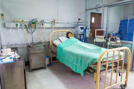 Chiang Mai, Tailandia 03 de julio: Maniquí paciente en el uso de la cama para el entrenador estudiante de enfermería en la universidad de enfermería el día 03 Julio 2014 en Chiang Mai de Tailandia. Editorial