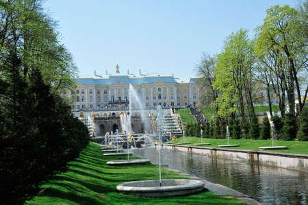 피터 호프 (Peterhof) 궁전과 정원, 러시아 상트 페테르부르크 외부의 유명한 장식 분수대가있는 정원 에디토리얼