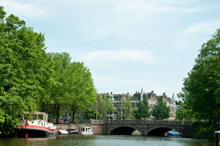 アムステルダムの運河の船と橋